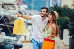 Para na urlopowej cieszy się podróży i robić zakupy fotografia stock