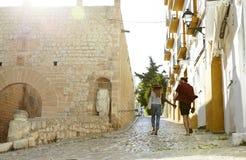 Para na wakacyjnym chwycie wręcza odprowadzenie w Ibiza, tylny widok Zdjęcie Stock