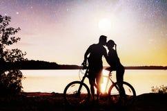 Para na wodnym tle przy nocnym niebem Fantastyczny gwiaździsty niebo i milky sposób Fotografia Royalty Free