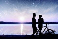 Para na wodnym tle przy nocnym niebem Fantastyczny gwiaździsty niebo i milky sposób Obraz Stock