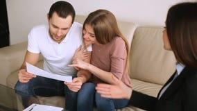 Para nabywcy dyskutuje mieszkanie plan z agentem nieruchomości zdjęcie wideo