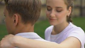 Para nastolatkowie obejmuje each inny, pierwszy miłość, czuły związek, młodość zbiory wideo