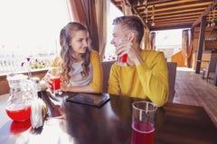 Para nastolatkowie w lato kawiarni Obrazy Royalty Free