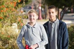 Para nastoletni męscy ucznie outside Obraz Royalty Free