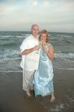 para nowożeńców na plaży obrazy stock