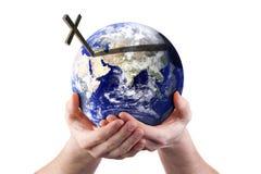 Para o deus amado assim o mundo - terra arrendada em suas mãos Foto de Stock