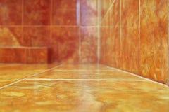 Para o fundo Azulejos modernos no banheiro Tom morno da cor Copie o espaço Foco seletivo fotografia de stock