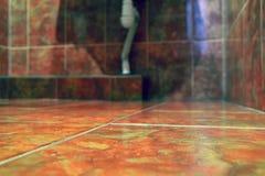 Para o fundo Azulejos no banheiro Tom morno, marrom da cor Copie o espaço imagem de stock royalty free