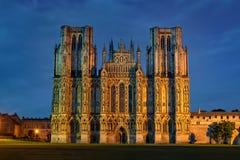 Para o oeste parte dianteira da catedral de Wells na noite Foto de Stock
