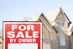 Para o sinal da venda e uma casa imagem de stock
