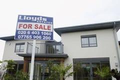 Para o sinal da venda fora da casa Imagem de Stock Royalty Free