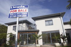 Para o sinal da venda fora da casa nova Imagem de Stock Royalty Free