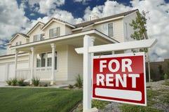 Para o sinal dos bens imobiliários do aluguel na frente da casa Fotos de Stock Royalty Free