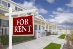 Para o sinal dos bens imobiliários do aluguel na frente da casa Imagens de Stock
