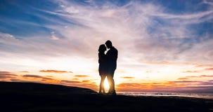 Para obejmująca morzem przy zmierzchem zdjęcie royalty free