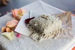 Para obrączki ślubne na białej poduszce zdjęcie royalty free