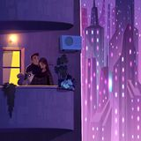 Para odpoczywa na mieszkanie kreskówki balkonowym wektorze ilustracja wektor