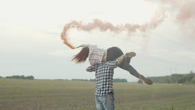 Para odpoczywa outdoors z barwionymi dymnymi bombami zbiory wideo