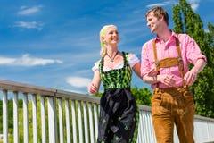 Para odwiedza Bawarskiego jarmark ma zabawę Fotografia Stock