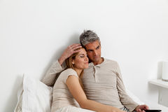 Para Ogląda TV na łóżku Obrazy Royalty Free