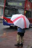 Para omnibus que espera en la nieve Imagen de archivo libre de regalías