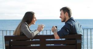 Para opowiada i pije na plaży zbiory