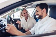 Para opowiada podczas gdy jadący samochód fotografia royalty free
