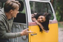 Para opowiada w furgonetce Zdjęcia Royalty Free