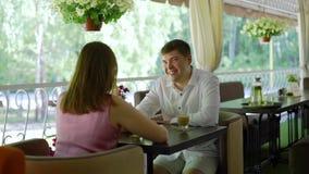 Para Opowiada w Restauracyjnym tarasie zbiory wideo