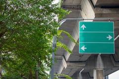 Para os sinais direcionais instalados ao lado da estrada Foto de Stock