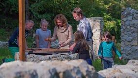 Para otaczająca dzieciakami jest przyglądająca skarbu polowania mapa zbiory wideo