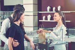 Para płaci dla zakupu przy luksusowym sklepem jubilerskim Zdjęcia Stock
