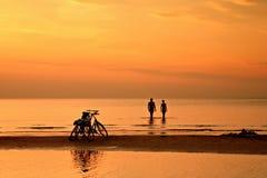 Para pływa w morzu przy zmierzchem na tle bic Zdjęcia Royalty Free