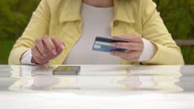 Para pagar por la tarjeta de crédito almacen de metraje de vídeo