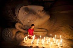 Para pagar su respecto a la estatua de Buda Fotografía de archivo