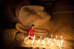 Para pagar su respecto a la estatua de Buda Foto de archivo libre de regalías