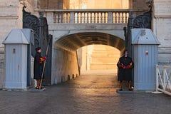 para Papieski Szwajcarskich strażników stojaka strażnik przy wejściem świętego Peter ` s bazylika W ich tradycyjnym mundurze szwa Fotografia Stock