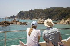Para patrzeje brzeg od łodzi zdjęcie royalty free