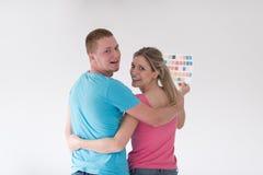 Para patrzeje kolor próbki w domu Zdjęcie Stock