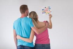 Para patrzeje kolor próbki w domu Obrazy Stock
