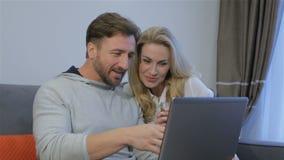 Para patrzeje laptop w domu zdjęcie wideo