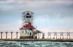 Para patrzeje latarni morskiej przywrócenie Obraz Royalty Free