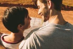 Para patrzeje mapę dla nawigaci Fotografia Stock
