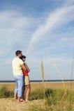 Para Patrzeje ocean Na plaży Obrazy Royalty Free