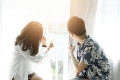 Para patrzeje okno w ranku miłość obraz stock