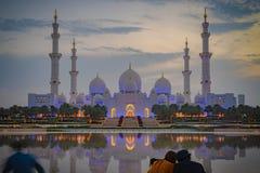 Para patrzeje osiowego widok Wielki meczet Abu Dhabi przy półmrokiem fotografia royalty free