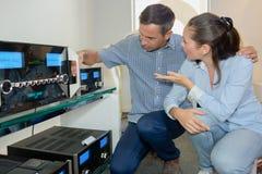Para patrzeje systemy dźwiękowych obrazy stock
