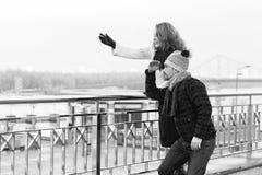 Para patrzeje wewnątrz daleko przy barierą Kobiet przedstawienia obsługiwać ręcznie Damy uwydatniać obrazy royalty free
