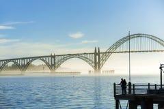 Para patrzeje widok Yaquina zatoki most Fotografia Royalty Free