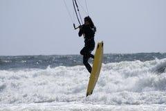 Para-persona que practica surf sobre el océano Imagen de archivo libre de regalías